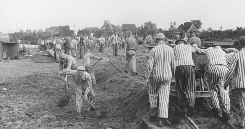 Des prisonniers aux travaux forcés construisent le canal de Dove-Elbe en Allemagne, en 1941-42. Les Kapos portent des brassards blancs et noirs. . (US Holocaust Memorial Museum, autorisation de KZ-Gedenkstatte Neuengamme)