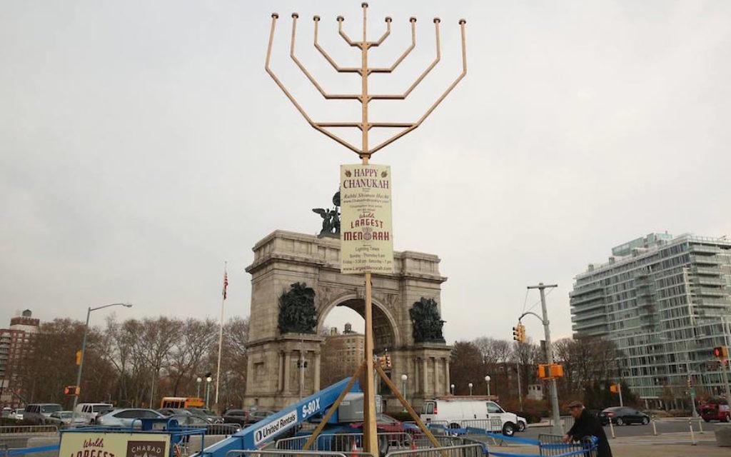 La hannoukiah  de Habad à Grand Army Plaza, dont les bougies atteignent 33 pieds et demi et qui est techniquement plus haute que celui de Manhattan (Crédit : Facebook)