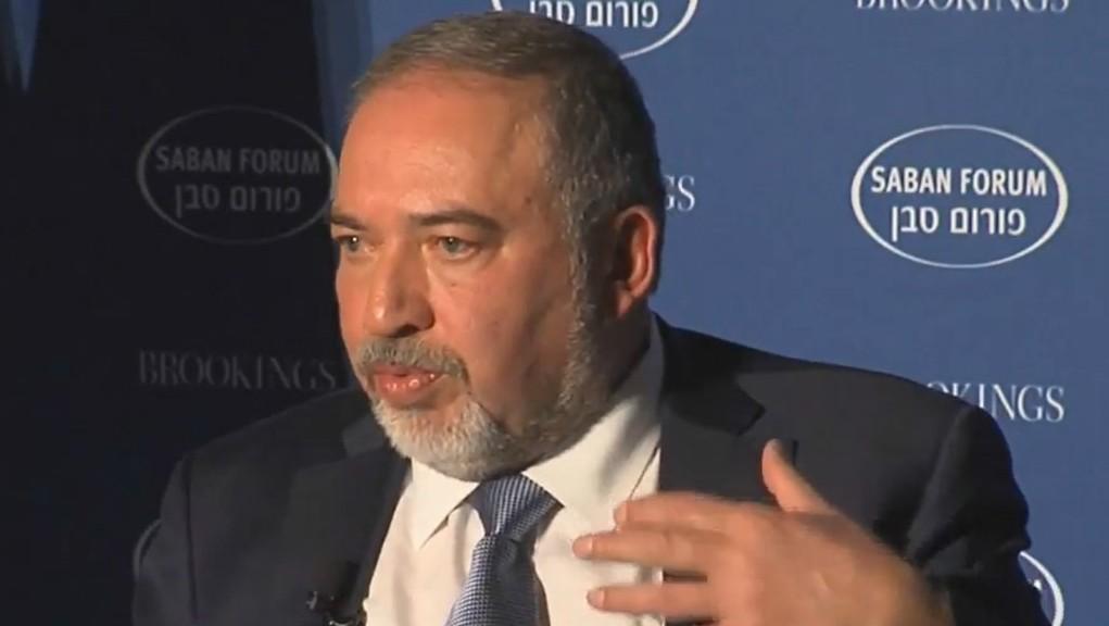 Le ministre de la Défense Avigdor Liberman au Forum Saban, à Washington D.C., le 2 décembre 2016. (Crédit : autorisation)