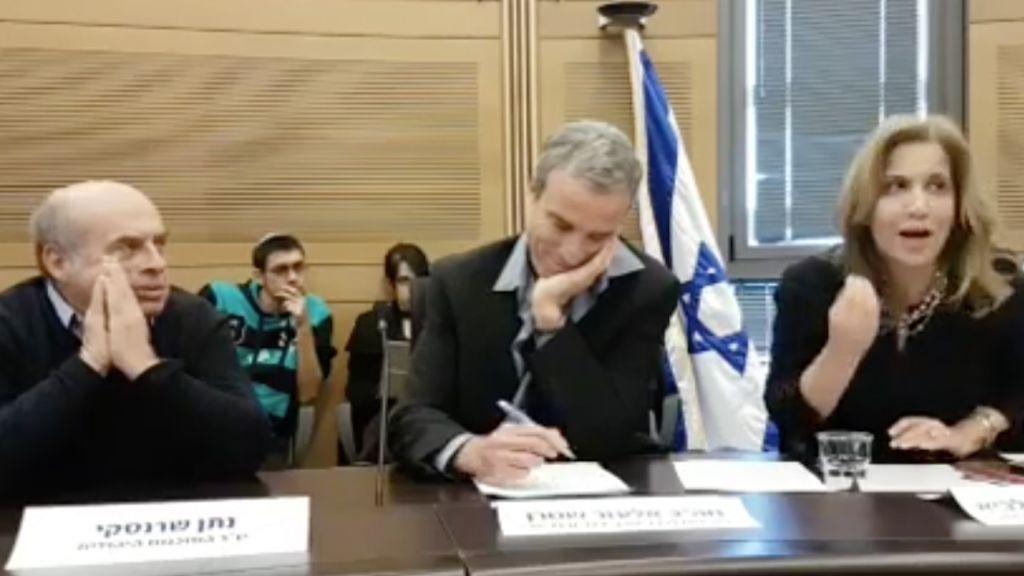 La co-présidente de la Commission du Lobby de la Religion et de l'Etat, la parlementaire Aliza Lavie, a évoqué la nécessité de liens améliorés entre Israël et les dénominations juives de la Diaspora, assise aux côtés du co-président Elazar Stern et du chef de l'agence juive Natan Sharansky (à gauche), le 27 décembre 2016 à la Knesset. (Capture d'écran)