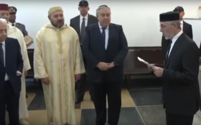Le roi Mohammed VI du Maroc pendant la cérémonie de ré-inauguration de la synagogue Ettedgui de Casablanca, le 16 décembre 2016. (Crédit : capture d'écran YouTube)