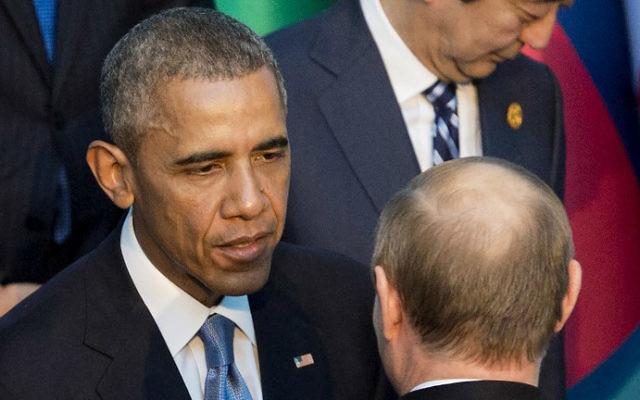 Le président américain Barack Obama avec le président russe Vladimir Poutine pendant la séance pour prendre la photo de famille officielle lors du sommet du G20 à Antalya, en Turquie, le 15 novembre 2015 (Crédit : AFP / SAUL LOEB)