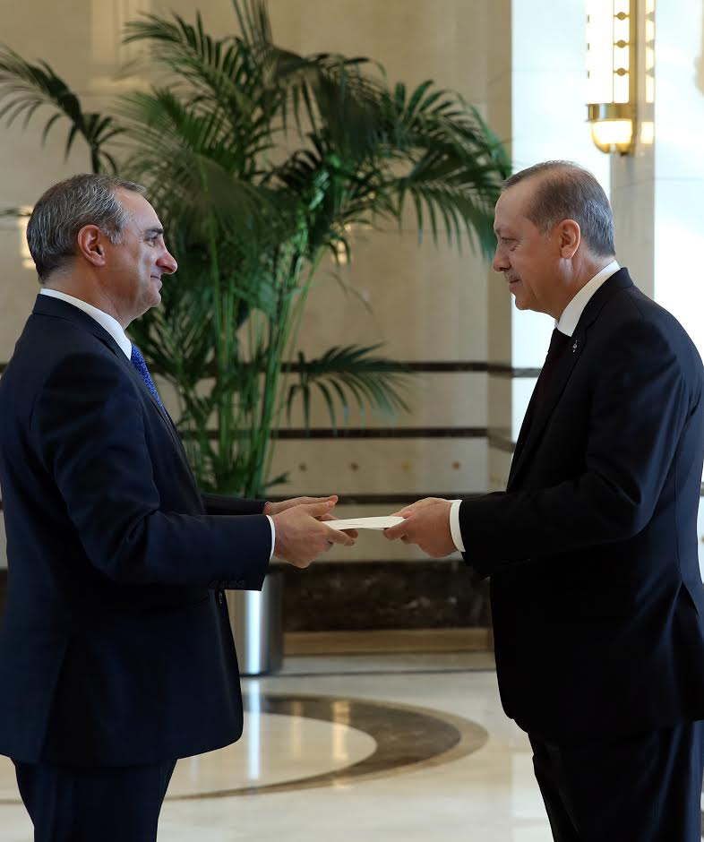 Eitan Na'eh remet sa lettre de créance à Erdogan.  (Crédit : Turkish Presidency)