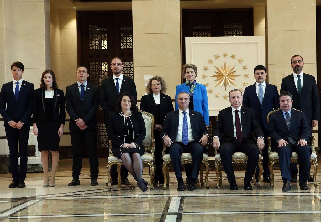 Recep Tayyip Erdogan et Eitan Na'eh, entouré d'une délégation.  (Crédit : Turkish Presidency)