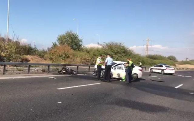 Scène d'un accident de la route sur l'autoroute Ayalon de Tel Aviv, le 17 décembre 2016. (Crédit : capture d'écran/police israélienne)