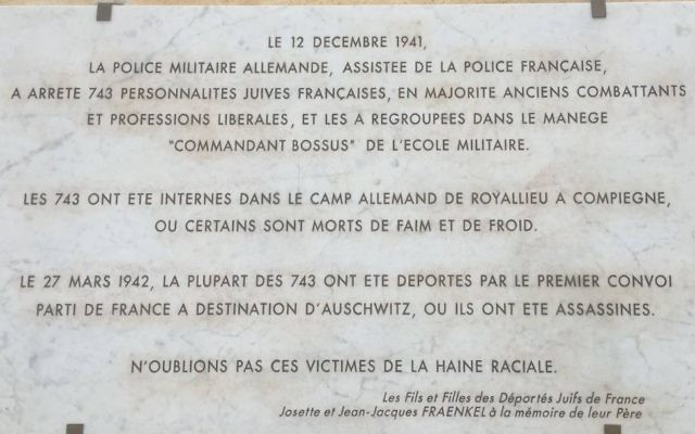la plaque qui a été posée par Serge Klarsfeld et les Fils et Filles des Déportés Juifs de France sur les murs de l'Ecole Militaire.