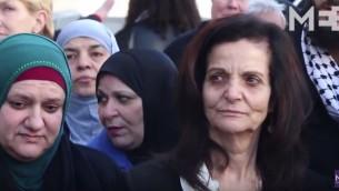 Rasmea Odeh, à droite, terroriste palestinienne condamnée en Israël, a été jugée coupable d'avoir menti à l'immigration américaine quand elle a demandé la nationalité en 2004. (Crédit : capture d'écran YouTube/Middle East Eye)
