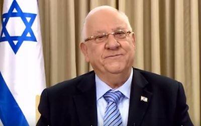 """Le président Reuven Rivlin a publié un message vidéo de vœux pour l'année 2017, le 29 décembre 2016. (Crédit : capture d'écran YouTube/President Reuven """"Ruvi"""" Rivlin)"""