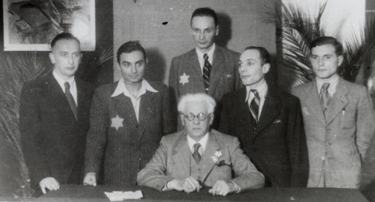 Mordechai Chaim Rumkowski et d'autres officiels posent pour un portrait de groupe au siège du Conseil Juif à Lodz Ghetto, en 1941 (Holocaust Memorial Museum américain, autorisation de Judith M. Shaar)