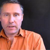 Hervé Ryssen, déjà jugé coupable d'incitation à la haine, était présent le 17 novembre aux manifestations des gilets jaunes (Crédit : capture d'écran YouTube)