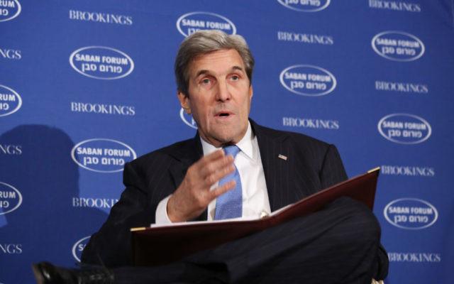 Le secrétaire d'Etat américain John Kerry devant le Forum Saban à Washington, D.C., le 4 décembre 2016. (Crédit : Ralph Aswang, via JTA)