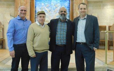 Le président de l'Agence juive Natan Sharansky, deuxième à gauche, avec le rabbin Daniel Meyer, à gauche, Yossi Cohen, deuxième à droite, et le rabbin Gilad Kariv, qui préside le mouvement réformé israélien, dans la synagogue Kehillat Raanan, Beit Samueli de Raanana, le 30 novembre 2016. (Crédit : Adi Romem/Beit Samueli, Kehillat Raanan, via l'Agence juive pour Israël)