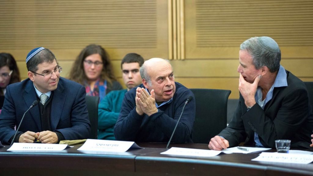 Le Chef de l'Agence Juive Natan Sharansky prend la parole lors d'une réunion à la Knesset de la Commission du Lobby de la Religion etr de l'Etat le 27 décembre, 2016. Assis à sa gauche, le président d'ITIM, le Rabbin Seth Farber et à sa gauche, le co-président de la Commission et Parlementaire Elazar Stern. (Autorisation ITIM)