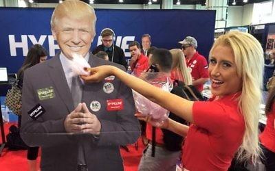 Sophia Witt, étudiante en communication et politique, à la Kent State University, 'nourrit' son candidat lors d'un rassemblement. (Crédit : autorisation)