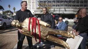 La statue en or représentant Netanyahu est enlevée, le 6 décembre 2016. (Crédit : autorisation)