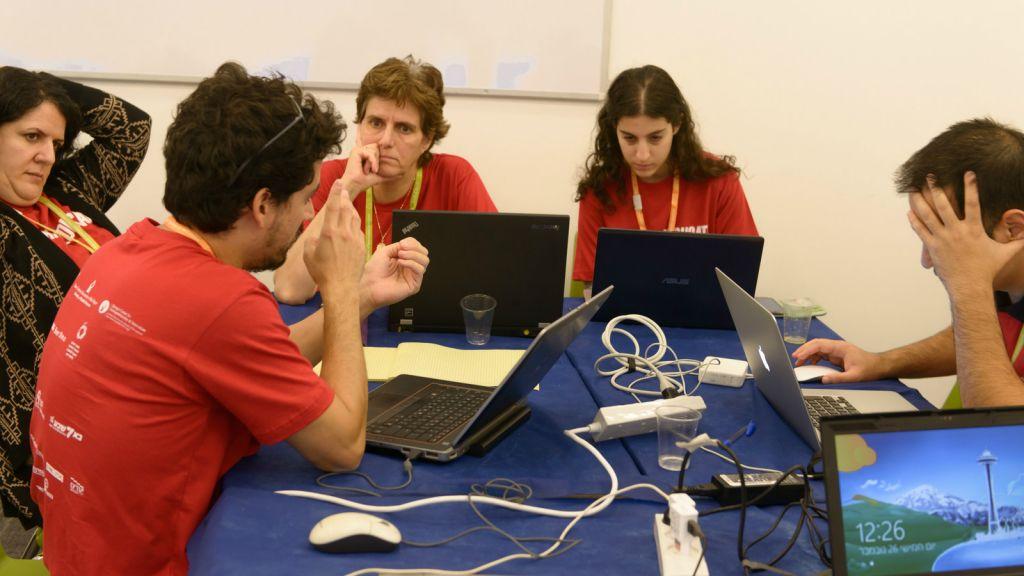 Les étudiants participent au hackathon de 30 heures à l'université Ben-Gurion en novembre 2015 (Crédit : Autorisation de Dani Machlis)