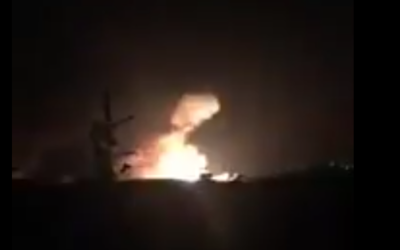 Une frappe de missile présumée israélienne sur l'aéroport militaire syrien de Mazzé, près de Damas, le 7 décembre 2016. (Crédit : Twitter)