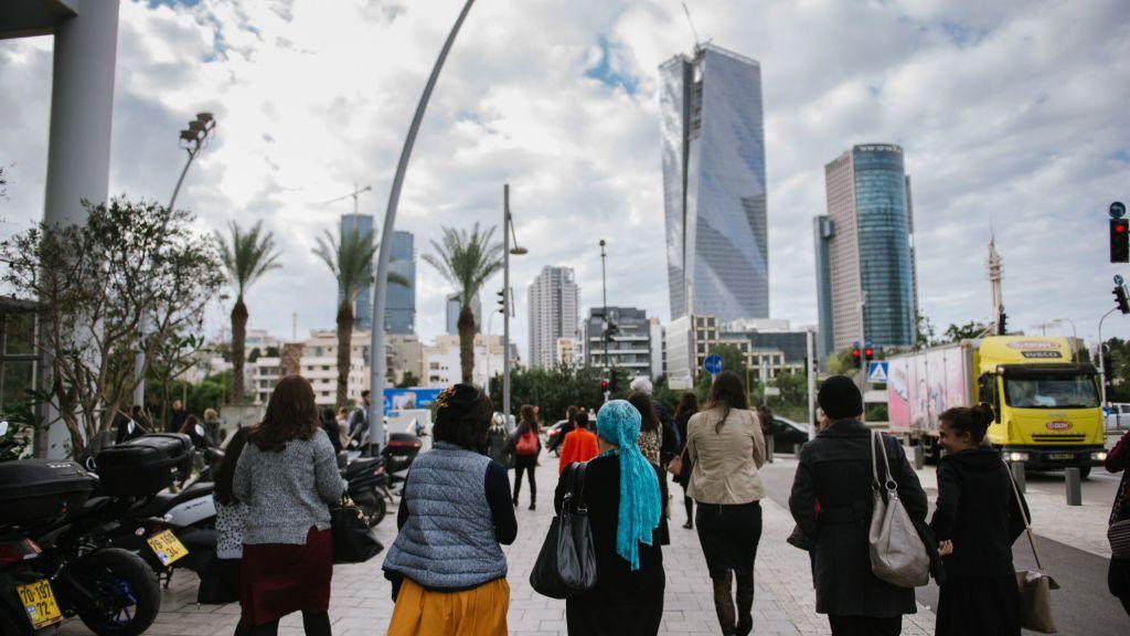 Des femmes ultra-orthodoxes en tournée en bus avec KamaTech à la rencontre des femmes piliers de l'industrie du high-tech à Tel Aviv et à Jérusalem (Crédit : Natalie Shor)