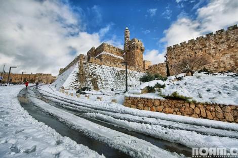 Jérusalem et la Tour de David sous la neige (Crédit : Noam Chen)