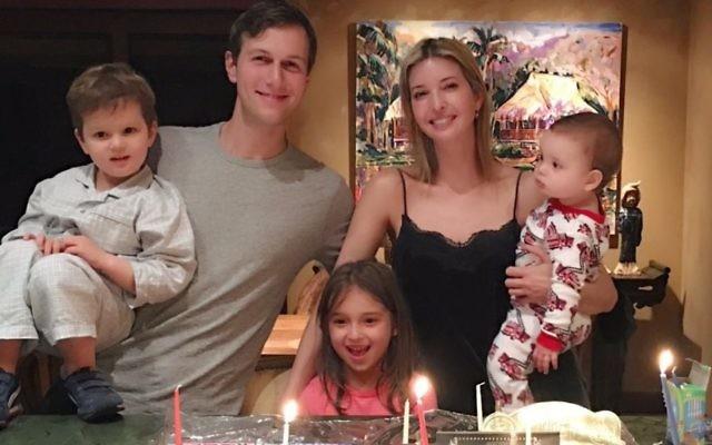 Ivanka Trump, Jared Kushner et leurs trois enfants allument les bougies de Hanoukka pendant leurs vacances à Hawaï, en décembre 2016. (Crédit : Twitter/Ivanka Trump)