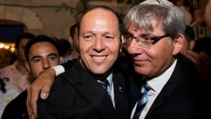 Le maire de Jérusalem Nir Barkat (à gauche)et son adjoint Meir Turgeman à Jérusalem, le 1 septembre 2013. (Crédit : Yonatan  Sindel/Flash90)