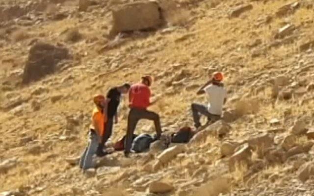 Le personnel de secours sur la scène d'un accident de randonnée près du Nahal Tzeelim dans le désert du Néguev, le 9 décembre 2016. Un professeur des universités est mort en tentant de sauver son fils, qui est grièvement blessé, qui était tombé d'une falaise. (Crédit : équipe de secours d'Arad via la Dixième chaîne)