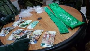Des soldats israéliens ont saisi des milliers de shekels qui auraient été destinés au financement d'activités terroristes, en Cisjordanie, le 6 décembre 2016. (Crédit : unité des porte-paroles de l'armée israélienne)