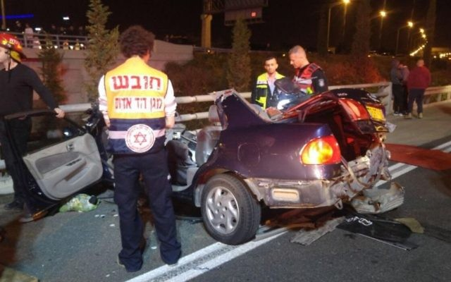 Le véhicule accidenté sur la route 431 le 4 décembre 2016. (Crédit : Magen David Adom)