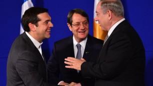 Le Premier ministre israélien Benjamin Netanyahu (D) accueille le Premier ministre grec Alexis Tsipras (G) et le président chypriote Nicos Anastasiades lors d'une réunion trilatérale à Jérusalem pour discuter du pétrole et du gaz de la Méditerranée orientale le 8 décembre 2016. (Crédit : Kobi Gideon/GPO)