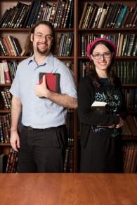 Yaelle Frohlich et Yair Shahak, tous deux universitaires se sont trouvés grâce à leur amour des textes bibliques. (Crédit : autorisation)
