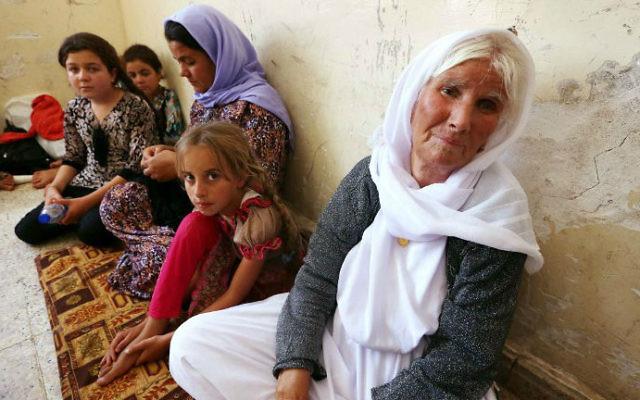 Une famille irakienne yézidi a fui la violence du nord de l'Irak. Ils ont trouvé refuge dans une école de la ville de Dohu, dans le Kurdistan irakien, le 5 août 2014. (Crédit : AFP/Safin Hamed)