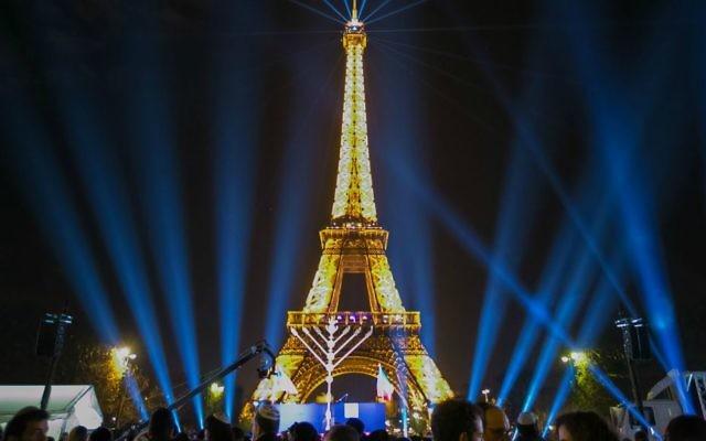 Des milliers de personnes participent à la cérémonie d'éclairage public de la menorah mise par le mouvement 'Habad-Loubavitch, le 6 décembre 2015 à Paris, première nuit de Hanoukka. (Crédit  : 'Habad.org/Thierry Guez)