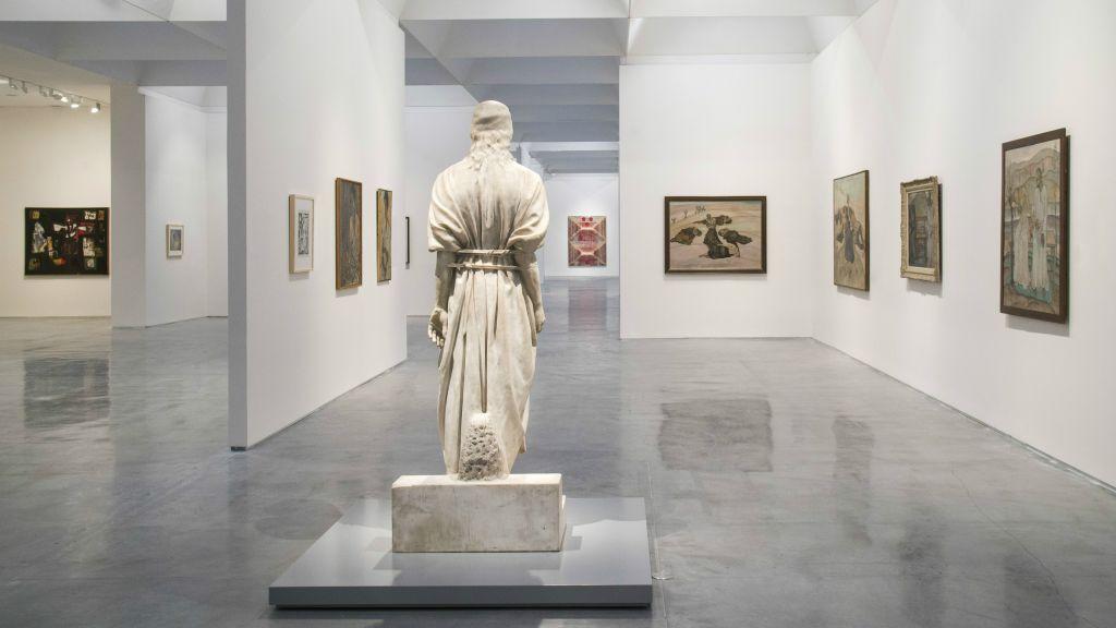 Une sculpture de Jésus par Mark Antokolsky ouvre la nouvelle exposition sur ce personnage complexe au Musée d'Israël (Crédit : Elie Posner/Musée d'Israël)
