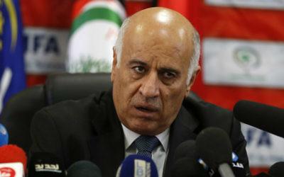 Jibril Rajoub, cadre du Fatah et président de la Fédération palestinienne de football à Ramallah, en Cisjordanie, le 12 octobre 2016. (Crédit : Abbas Momani/AFP)