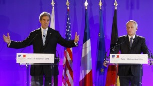 Le secrétaire d'Etat américain John Kerry, à gauche, et son homologue français Jean-Marc Ayrault à Paris, le 10 décembre 2016. (Crédit : Patrick Kovarik/AFP)