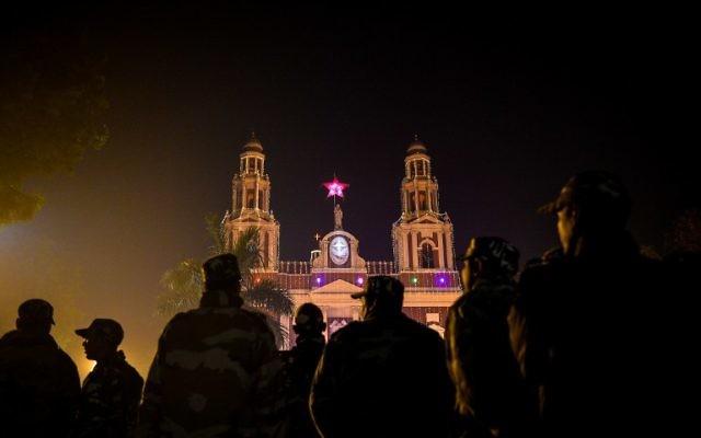 Les forces de sécurité indiennes déployées devant la cathédrale du Sacré-Cœur de New Delhi, le 24 décembre 2016. (Crédit : Chandan Khanna/AFP)