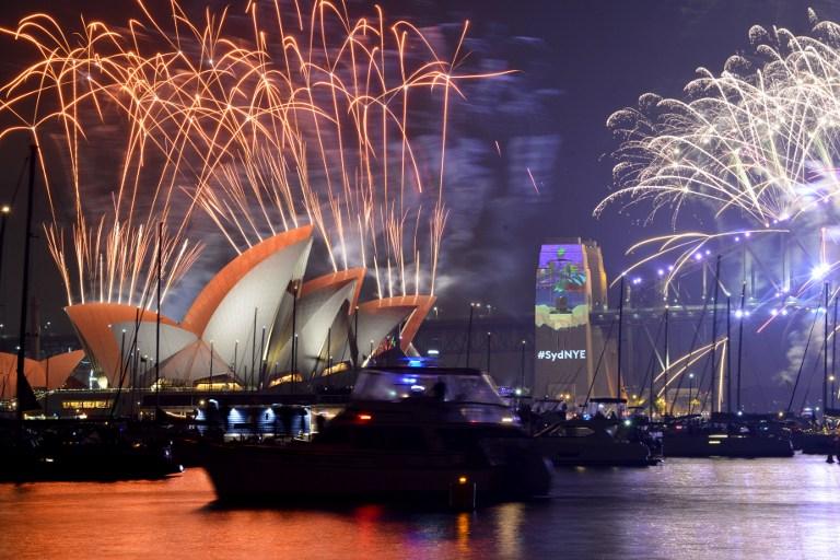 Feux d'artifice du Nouvel An à Sydney, le 1er janvier 2017. (Crédit : Peter Parks/AFP)