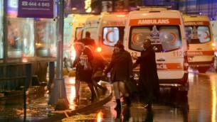 Ambulances aux alentours de la boîte de nuit la Reina à Istanbul, dans la nuit du 31 décembre 2016. (Crédit : AFP/IHLAS NEWS AGENCY)