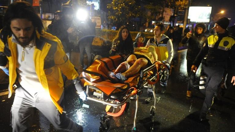 Les secouristes sur les lieux d'une attaque terroriste à main armée, à Istanbul, le 1er janvier 2017. (Crédit : AFP/ILHAS)