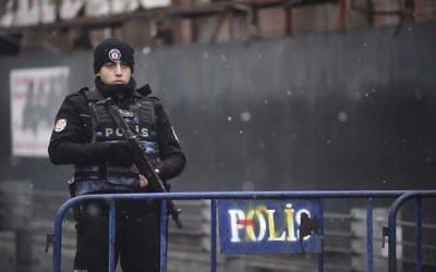 Un policier turc devant les lieux d'une attaque armée dans une discothèque d'Istanbul, en Turquie, qui a fait au moins 39 morts, le 1er janvier 2017. (Crédit : Yasin Akgul/AFP)