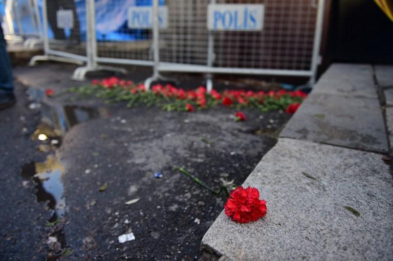 Des fleurs ont été déposées à Istanbul devant la discothèque Reina, qui a été la cible d'un attentat qui a tué au moins 39 personnes, le 1er janvier 2017. (Crédit : Yasin Akgul/AFP)