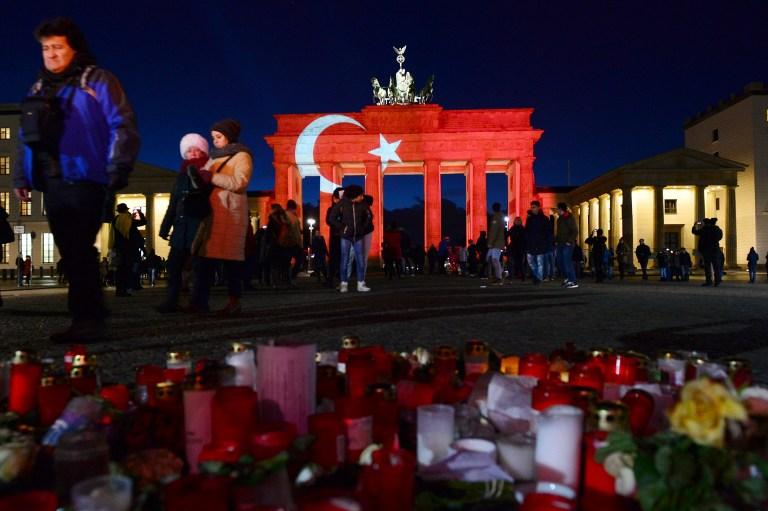 En hommage aux victimes de l'attentat perpétré au sein de la discothèque Reina d'Istanbul, les gens laissent des fleurs et des bougies sur le mémorial improvisé à la Porte de Brandenburg,  à Berlin, le 2 janvier 2017 (AFP/ dpa/ Maurizio Gambarini)