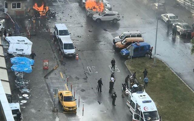 Des voitures qui brûlent dans la rue sur le site d'une explosion devant le palais de justice à Izmir le 5 janvier 2017. (Crédit : AFP / DOGAN AGENCE NOUVELLES / DHA)