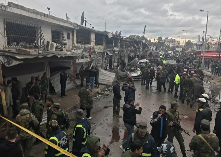 Des civils syriens réunis sur le site d'un attentat à la voiture piégée dans la ville côtière de Jablah, en Syrie, une ville bastion du régime, le 5 janvier 2017 (Crédit : AFP/STRINGER)