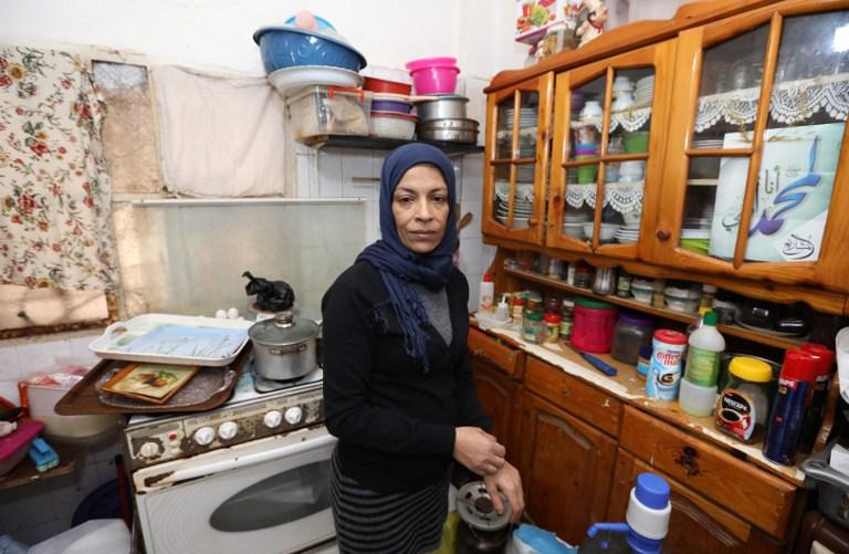 Najah Awad, Palestinienne qui a fui la guerre civile syrienne, dans sa maison du camp de réfugiés palestiniens de Shatila, au sud de Beyrouth, au Liban, le 7 janvier 2017. (Crédit : Anwar Amro/AFP)