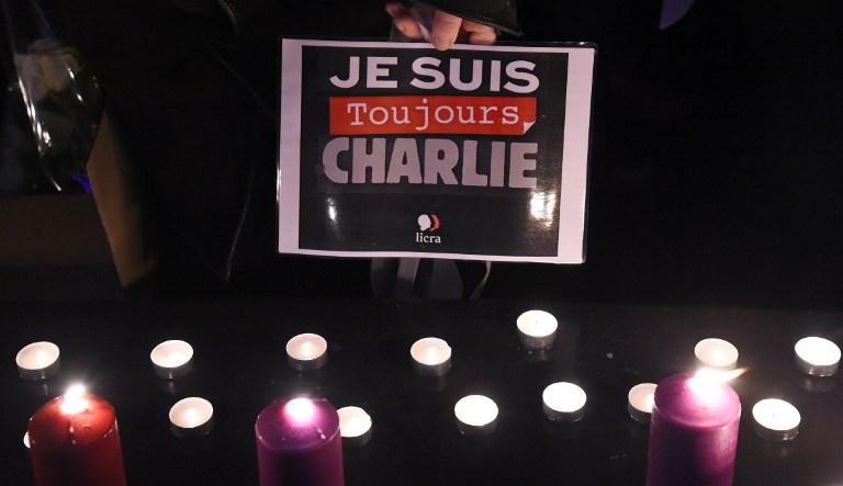 """Un panneau """"Je suis toujours Charlie"""" sur la place de la République, le 9 janvier 2017 (Crédit : BERTRAND GUAY/AFP)"""