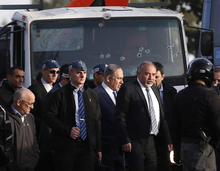 Le Premier ministre Benjamin Netanyahu, au centre, et son ministre de la Défense Avigdor Liberman, à sa gauche, sur les lieux d'un attentat au camion bélier à Jérusalem, le 8 janvier 2017. (Crédit : Ahmad Gharabli/AFP)