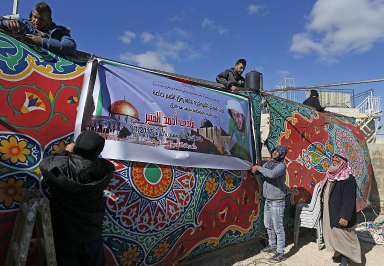 Une tente de deuil est dressée en hommage à Fadi al-Qunbar devant la maison de sa famille dans le quartier de Jérusalem Est de Jabal Mukaber, le 9 janvier 2017. La veille, il a tué 4 soldats israéliens dans un attentat au camion bélier, avant d'être abattu. (Crédit : Ahmad Gharabli/AFP)