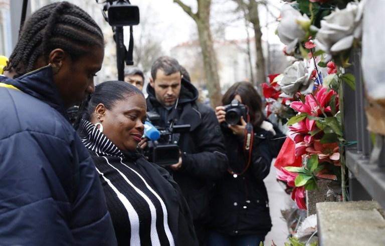 La mère de la défunte policière Clarissa Jean-Philippe (2g) se tient devant un monument commémoratif lors d'une cérémonie d'hommage à la mémoire de sa fille à Montrouge, au sud de Paris, le 9 janvier 2017. (Crédit : AFP/PATRICK KOVARIK)