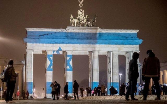 En hommage aux victimes de l'attentat au camion bélier de Jérusalem, le drapeau israélien a été projeté sur la porte de Brandebourg de Berlin le 9 janvier 2017. (Crédit : Michael Kappeler/dpa/AFP)